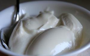 Naturalny jogurt domowy na talerzu