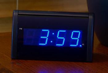 Radio z zegarkiem na szafce