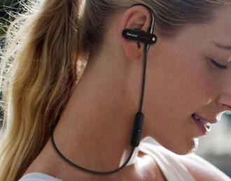 Dziewczyna w słuchawkach Bluetooth