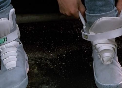 Kadr z filmu – samowiążące się buty