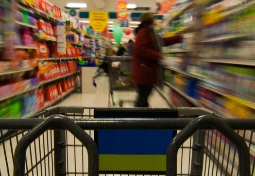 Zakupy w sklepie (rozmazany widok)